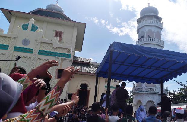 Warga merekam pelaksanaan hukuman cambuk di Banda Aceh, 13 Juli 2018. (Nurdin Hasan/BeritaBenar)