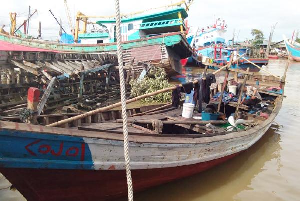 Seorang polisi memeriksa boat warga Rohingya yang terdampar di Kuala Idi, Kabupaten Aceh Timur, 4 Desember 2018. (Dok. Polres Aceh Timur)