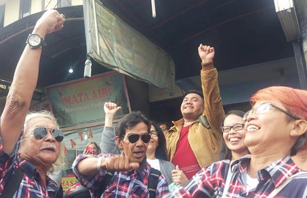 Para pendukung Ahok sedang bernyanyi di kawasan Depok, Jawa Barat, 24 Januari 2017. (Rina Chadijah/BeritaBenar)