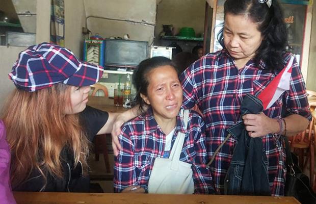 Tuti Oti sedang ditenangkan dua rekannya di kawasan Depok, Jawa Barat, 24 Januari 2019. (Rina Chadijah/BeritaBenar)