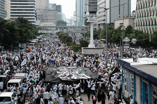 "Ribuan warga Muslim yang tergabung dalam Paguyuban Alumni 212, mengadakan rally di Jakarta pada tanggal 2 Desember 2018, memperingati dua tahun demonstrasi yang berhasil membawa Basuki ""Ahok"" Tjahaja Purnama, mantan Gubernur Jakarta yang beragama Kristen dan keturunan Tionghoa itu dipenjara atas kasus penistaan agama."