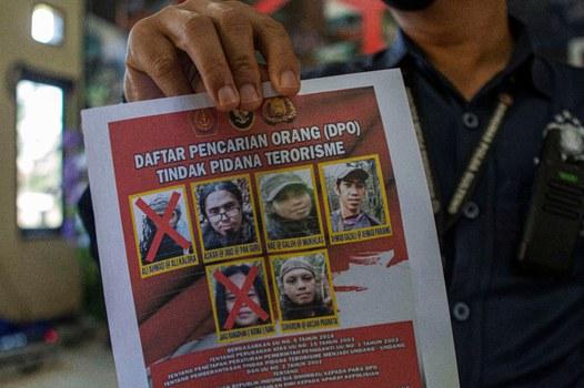 Petugas memperlihatkan foto anggota militan Mujahidin Indonesia Timur (MIT) yang tersisa empat orang, di kantor Polres Parigi Moutong, Sulawesi Tengah, 19 September 2021. (Keisyah Aprilia/BenarNews)