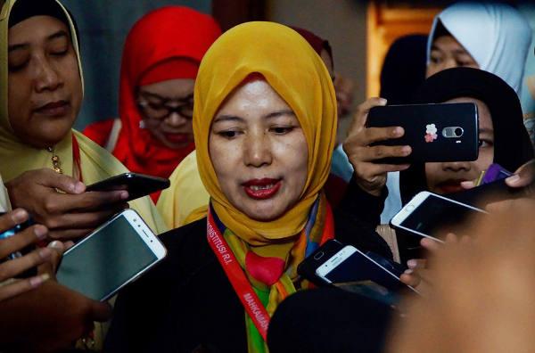 Seorang pemohon uji materi, Euis Sunarti, memberikan keterangan kepada wartawan usai sidang di Mahkamah Konstitusi, Jakarta, 14 Desember 2017. (Arie Firdaus/BeritaBenar)