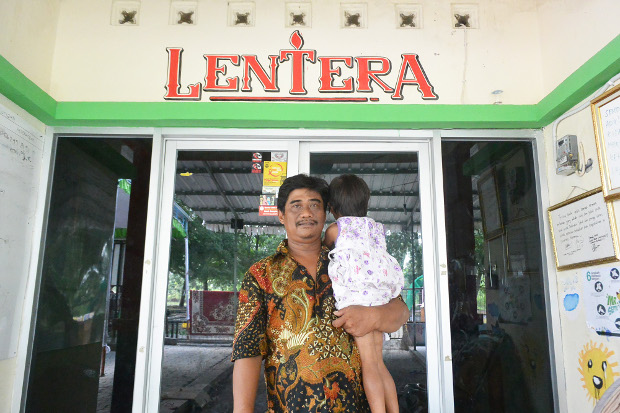 Puger Mulyono menggendong balita pengidap AIDS di Yayasan Lentera Solo, Jawa Tengah, 13 Februari 2019. (Kusumasari Ayuningtyas/BeritaBenar)