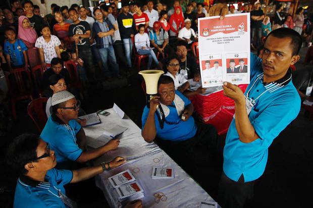 Petugas Kelompok Penyelenggara Pemungutan Suara memperlihatkan surat suara yang tidak dicoblos ketika penghitungan suara dilakukan di TPS Jalan Lodan, Ancol, Jakarta Utara, 17 April 2019. (Keisyah Aprilia/BeritaBenar)