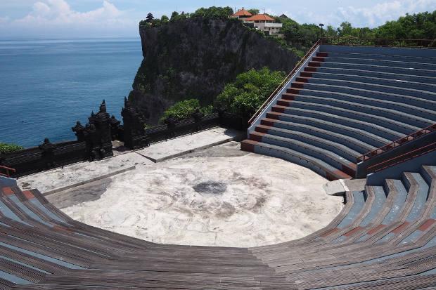 Teater terbuka tempat pementasan tari kecak di Pura Uluwatu, Bali, yang biasanya selalu penuh pada saat sore hari, tampak lengang di tengah pandemi virus corona, 7 April 2020. [Anton Muhajir/BenarNews]