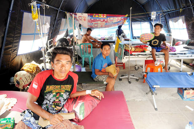 Sejumlah korban gempa dan tsunami menjalani perawatan di bawah tenda rumah sakit darurat di Palu, Sulawesi Tengah, 9 Oktober 2018. (Keisyah Aprilia/BeritaBenar)