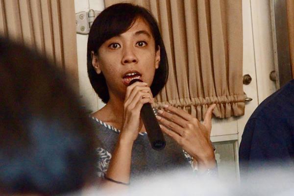 Koordinator Riset dan Kebijakan LBH Masyarakat, Ajeng Larasati, berbicara kepada para wartawan saat jumpa pers di Jakarta, 5 Maret 2018. (Arie Firdaus/BeritaBenar)