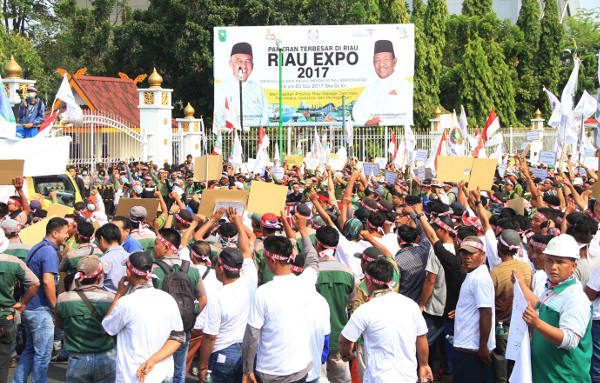 Ribuan massa Serikat Pekerja Seluruh Indonesia (SPSI) menggelar unjuk rasa di Pekanbaru, ibukota Riau, 23 Oktober 2017. (Dina Febriastuti/BeritaBenar)