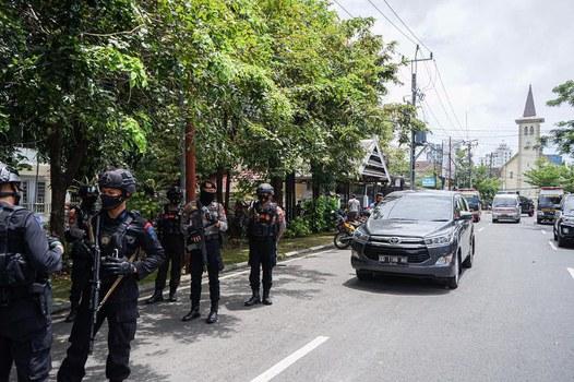 Sejumlah polisi bersenjata lengkap berjaga pasca-ledakan diduga bom bunuh diri di depan Gereja Katedral Makassar, Sulawesi Selatan, Minggu, 28 Maret 2021. [ Daeng Mansur/BenarNews]