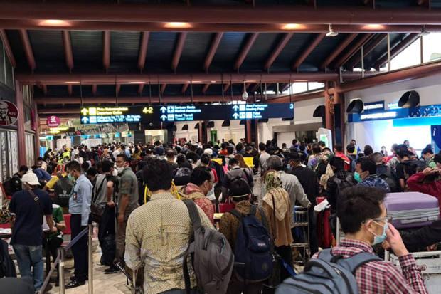 Kerumunan calon penumpang tampak di Terminal 2 Bandara Soekarno-Hatta di tengah pandemi COVID-19, di Jakarta, 14 Mei 2020. [ANTARA/Via Reuters]