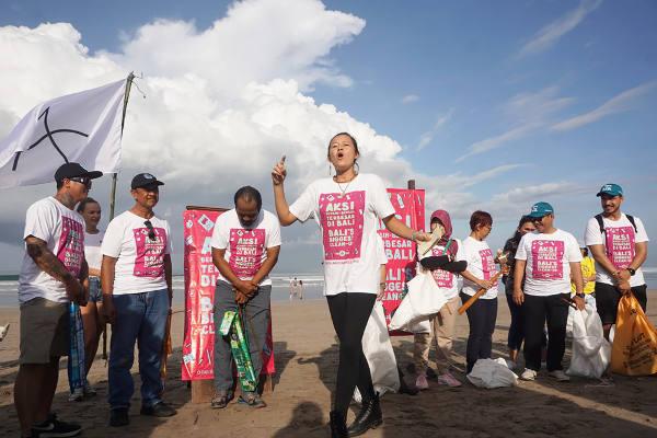Melati Wijsen bersama warga saat aksi bersih sampah di Kuta, 24 Februari 2018. (Anton Muhajir/BeritaBenar)