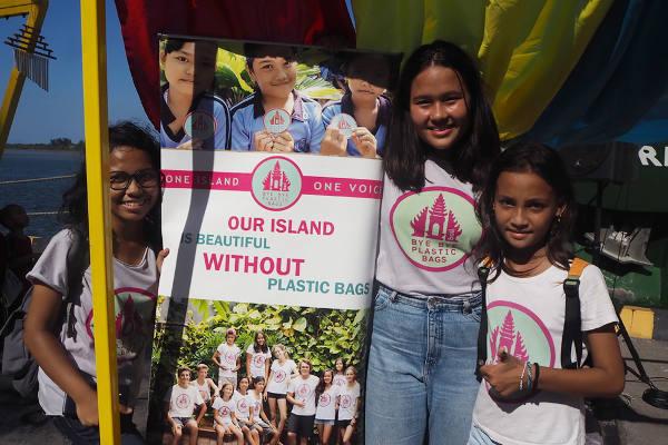 Isabel Wijsen (tengah) ketika kampanye Bye Bye Plastic Bags di Pelabuhan Benoa, 14 April 2018. (Muhajir/BeritaBenar)