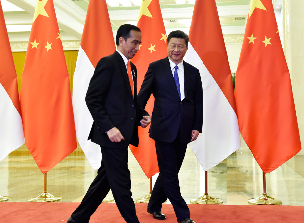 """Presiden Indonesia Joko Widodo (kiri) dan mitranya dari Cina, Presiden Xi Jinping bertemu saat peluncuran inisiatif ambisius China """"One Belt, One Road"""" di Beijing, 14 Mei 2017. [AFP]"""