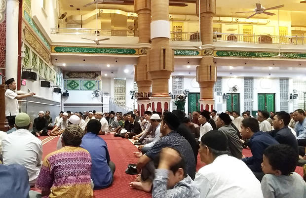 Seorang ustaz (kiri berdiri) menjelaskan cara menghafal mudah Alquran saat pengajian di Masjid Agung Al Makmur, Banda Aceh, 10 Maret 2018. (Nurdin Hasan/BeritaBenar)