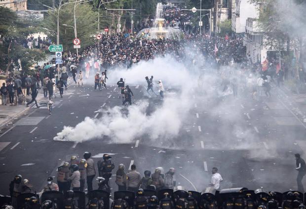 Mahasiswa dan buruh bentrok dengan polisi dalam demonstrasi buruh dan mahasiswa menentang pengesahan Undang-Undang Cipta Kerja yang dinilai mengorbankan hak-hak buruh dan lingkungan hidup, di Surabaya, Jawa Timur, 8 Oktober 2020. [AFP]