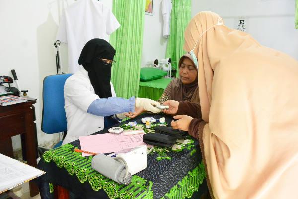 Hana memeriksa seorang pasien di kliniknya di Bantul, Yogyakarta, 23 Oktober 2017.