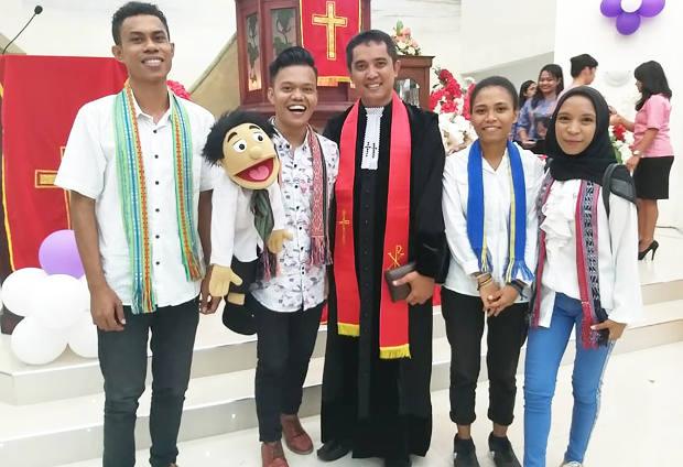 Eklin De Fretes dan tiga temannya dari Komunitas Jalan Merawat Perdamaian berpose dengan pendeta di Gereja Jemaat GPM Bethabara, Ambon, Maluku, 6 September 2018. (Dok. Pribadi)