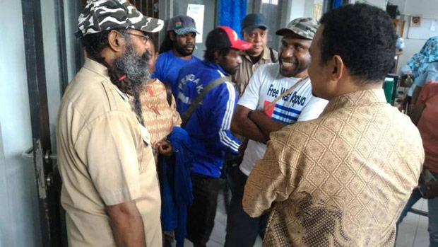 Filep Karma berbincang-bincang dengan para penjemputnya sesaat sebelum dibebaskan dari LP Abepura, 19 November 2015. (BeritaBenar)