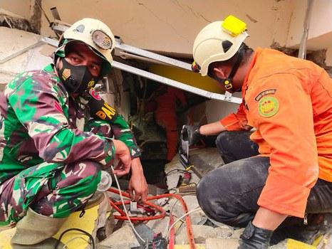 Petugas SAR mencari korban di reruntuhan bangunan di sebuah likasi di Mamuju, Sulawesi Barat, 15 Januari 2021. [Basarnas]
