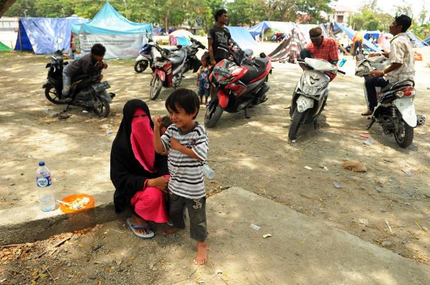 Seorang perempuan bersama anaknya di posko pengungsian Masjid Agung Darussalam, Palu, Sulawesi Tengah, 16 Oktober 2018. (Keisyah Aprilia/BeritaBenar)