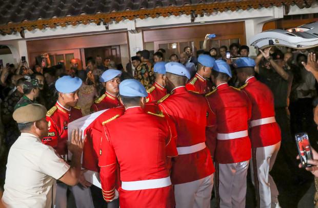 Pasukan kehormatan presiden membawa peti jenazah BJ Habibie di Jakarta, 11 September 2019. (AFP)