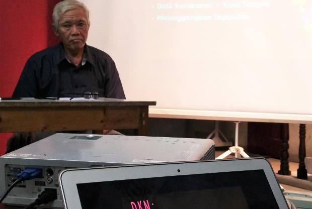 Perwakilan korban Tragedi 1965, Bejo Untung, dalam jumpa pers menentang pembentukan Dewan Kerukunan Nasional (DKN) di Jakarta, 19 Juli 2018. (Zahara Tiba/BeritaBenar)