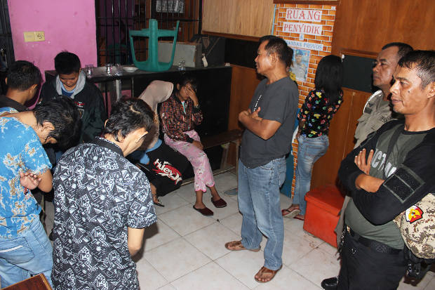 Petugas Satpol PP memeriksa sejumlah perempuan yang diduga lesbian setelah dirazia di Padang, Sumatera Barat, 4 November 2018. (Dok. Humas Satpol PP Padang)