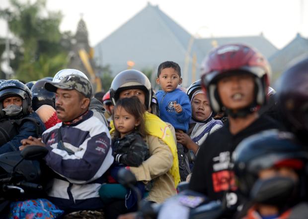 Para pemudik Lebaran menggunakan sepeda motor menunggu kapal feri yang akan menyeberangkan mereka ke Jawa Timur dari pelabuhan Gilimanuk di Bali, 1 Juni 2019.