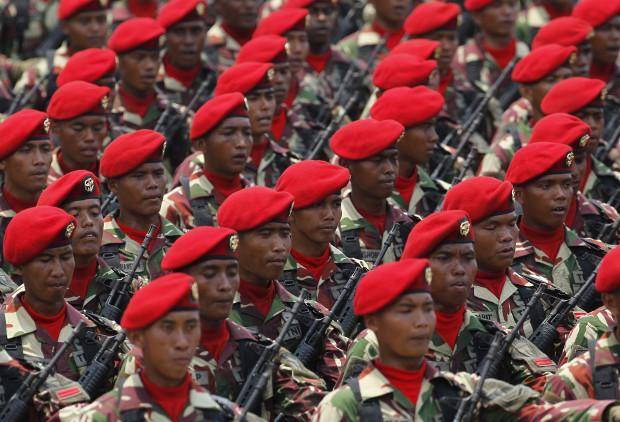 Anggota Komando Pasukan Khusus (Kopassus)TNI AD, berbaris saat latihan untuk upacara peringatan 70 tahun TNI di Cilegon, provinsi Banten, 3 Oktober 2015. (Reuters)