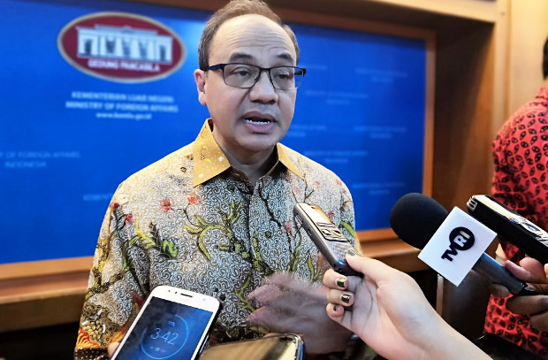 Juru bicara Kementerian Luar Negeri, Teuku Faizasyah, memberikan keterangan kepada wartawan di Jakarta, 18 Juli 2019. (Tria Asmara/BeritaBenar)