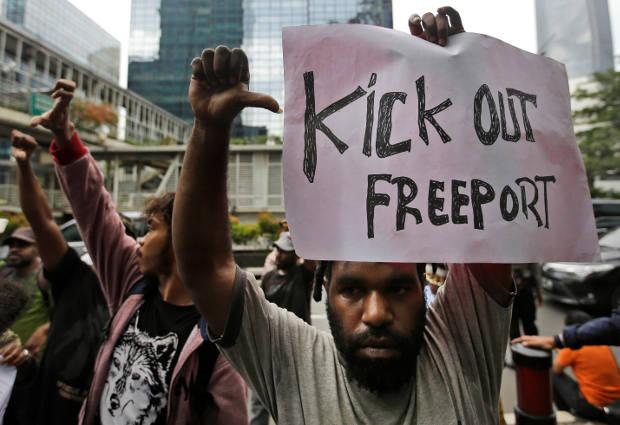 Sejumlah aktivis melakukan protes mengecam keberadaan PT Freeport Indonesia di depan perwakilan kantor perusahaan tambang raksasa tersebut di Jakarta, 7 April 2017. (AP)
