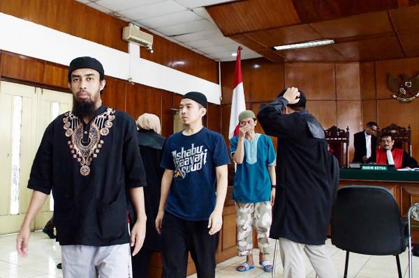 Terdakwa Waris Suyitno (berbaju hitam), Asep Sopyan (tengah), dan Jajang Iqin Sodiqin (menutup hidung) dalam persidangan di Pengadilan Negeri Jakarta Utara, 5 Februari 2018. (Arie Firdaus/BeritaBenar)