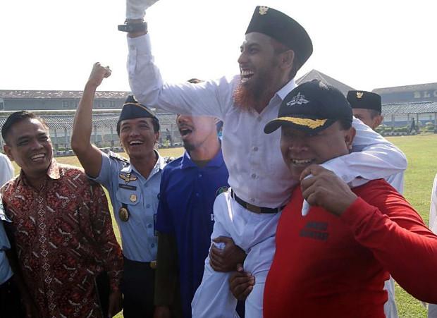 Sejumlah aparat penegak hukum menjunjung narapidana terorisme Umar Patek setelah ia ikut sebagai petugas upacara memperingati Hari Kebangkitan Nasional di sebuah lembaga pemasyarakatan Surabaya, Jawa Timur, 20 Mei 2018. (BeritaBenar)