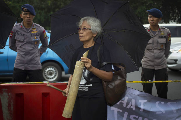 Maria Catharina Sumarsih, ibu korban Tragedi Semanggi I, bergabung dengan pengunjuk rasa dalam peringatan Hari Perempuan Internasional 2018 di Jakarta, 8 Maret 2018. (Afriadi Hikmal/BeritaBenar)
