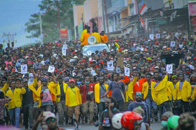 Para pengunjuk rasa turun ke jalan di Jayapura mengecam perlakuan rasis yang diterima warga Papua dan menuntut diadakannya referendum di provinsi paling timur Indonesia itu, 29 Agustur 2019. (Agus Pabika/BeritaBenar)
