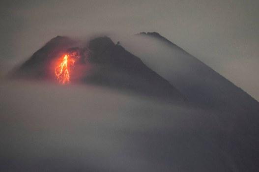 Aliran lahar dari Gunung Merapi dilihat dari Yogyakarta pada 19 Januari 2021. [AFP]