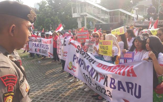 Seorang polisi mengawal unjuk rasa mendukung pimpinan KPK yang baru di halaman gedung KPK, Jakarta, 20 Desember 2019. (Rina Chadijah/BeritaBenar)