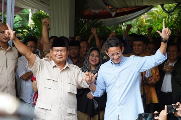 Calon presiden Prabowo Subianto dan wakilnya Sandiaga Uno beserta pendukung mereka yang mengatakan akan menggugat ke Mahkamah Konstitusi atas hasil Pilpres 2019 yang memenangkan Jokowi-Amin, berkumpul di Kertanegara, Jakarta, 21 Mei 2019. (Dok: BPN)