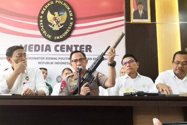 Kapolri Jenderal Tito Karnavian (tengah) yang didampingi Menko Polhukam Wiranto (kiri), Kepala Staf Kepresidenan Moedoko (dua dari kanan) dan Jaksa Agung M. Prasetyo, memperlihatkan senjata yang disita dalam seminggu terakhir oleh aparat kepolisian, dalam jumpa pers di Jakarta, 22 Mei 2019. (Tia Asmara/BeritaBenar)
