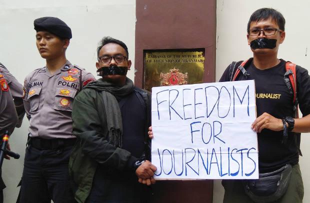 Dua jurnalis menutup mulut dengan lakban hitam saat melakukan unjuk rasa di Kedubes Myanmar di Jakarta, 7 September 2018. (Tria Dianti/BeritaBenar)