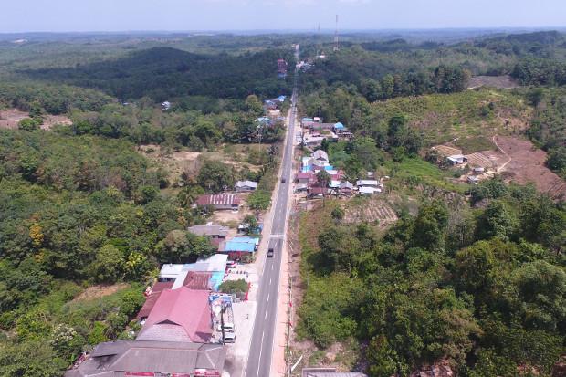 Foto udara ini diambil pada 16 Agustus 2019 oleh media Tribun Kaltim ini memperlihatkan wilayah Samboja, di Kutai Kartanegara, salah satu dari dua lokasi yang disebutkan oleh pemerintah ketika mengumumkan letak ibu kota baru Indonesia yang akan dipindahkan dari Jakarta. (AFP)