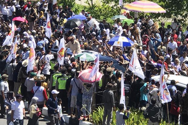 Calon presiden Prabowo Subianto dari kubu 02 menyalami para pendukungnya saat berkampanye di Padang, Sumatra Barat, 2 April 2019. [M.Sulthan Azzam/BeritaBenar]