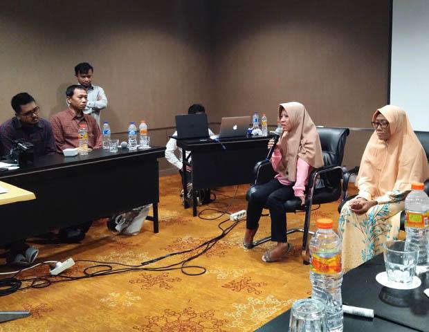 Susi A. Fitriyani (dua dari kanan) didampingi Wartini berbagi cerita tentang bangkit usai jadi korban bom Kampung Melayu di Jakarta, 4 Juli 2019. (Putra Andespu/BeritaBenar)