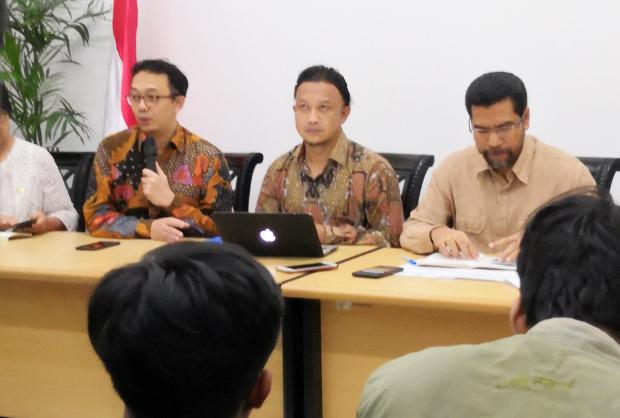 Kiri ke kanan: Tiga komisioner Komnas HAM, Beka Ulung Hapsara, M. Choirul Anam, dan Amirrudin saat memberikan keterangan pers di Jakarta, 10 Januari 2019. (Tia Asmara/BeritaBenar)
