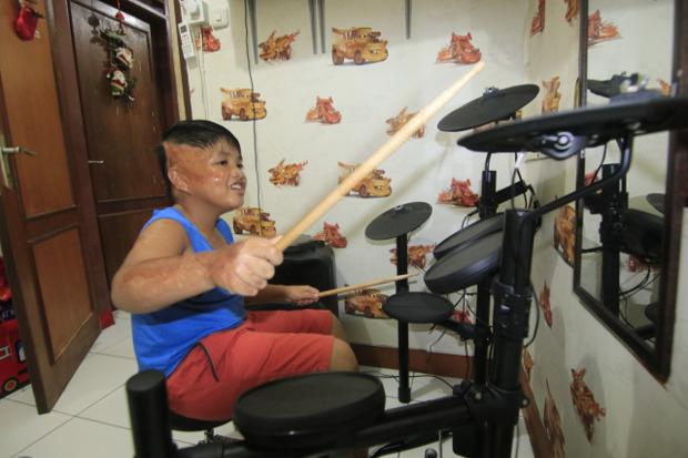 Alvaro Aurelius Tristan Sinaga (8) asyik bermain drum di rumahnya di Samarinda, Minggu, 11 Oktober 2020. [BenarNews]