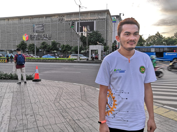 Dalam foto tertanggal 12 Januari 2020 ini, Agus Kurnia berada tidak jauh dari lokasi dimana dia terkena serpihan bom ketika terjadi serangan terorisme di wilayah Thamrin, Jakarta, 14 Januari 2016. (Tia Asmara/BeritaBenar)