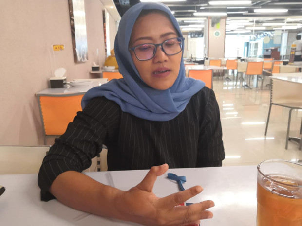 Nanda Olivia Daniel, seorang korban serangan terorisme, menunjukkan luka pada jari kanannya saat diwawancara di Jakarta, 13 Januari 2020. (Tia Asmara/BeritaBenar)