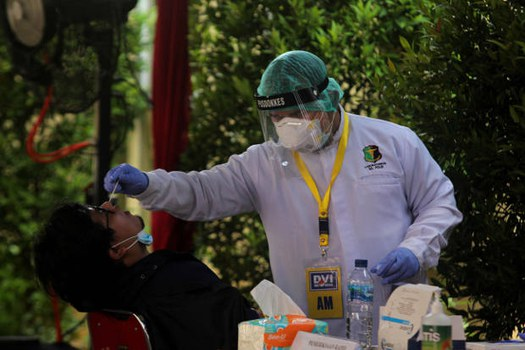 Seorang anggota keluarga korban pesawat Sriwijaya Air SJ-182 menjalani rapid test antigen COVID-19, sebelum didata di pos ante mortem RS Polri Kramat Jati di Jakarta, Selasa 12 Januari 2021. [Didik Setiawan/BenarNews]