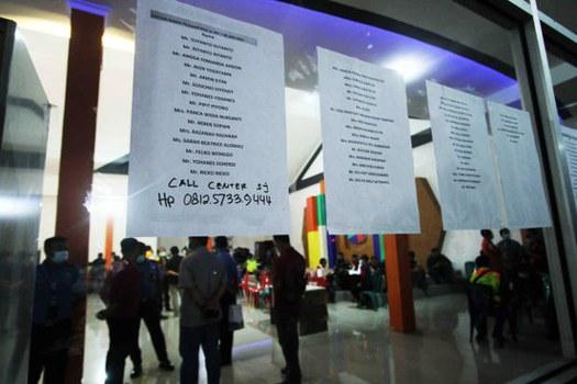 Nama-nama penumpang pesawat Sriwijaya Air SJ-182 ditempel di dinding Bandara Internasional Supadio, Pontianak, Kalimantan Barat, 9 Januari 2021. [Victor Fidelis Sentosa/BenarNews]